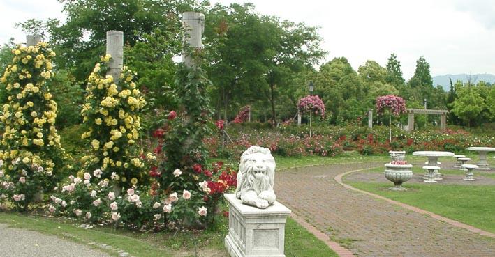 蜻蛉池公園のライオンと薔薇